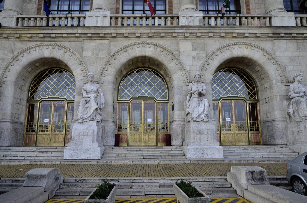 BME K épület főbejárati portálok felújítása